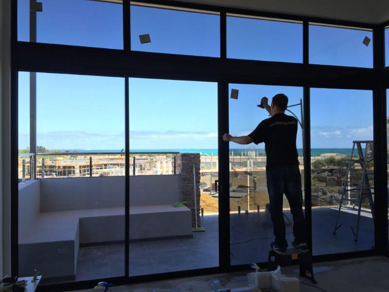 Dịch vụ dán giấy dán kính nhìn một chiều tại nhà